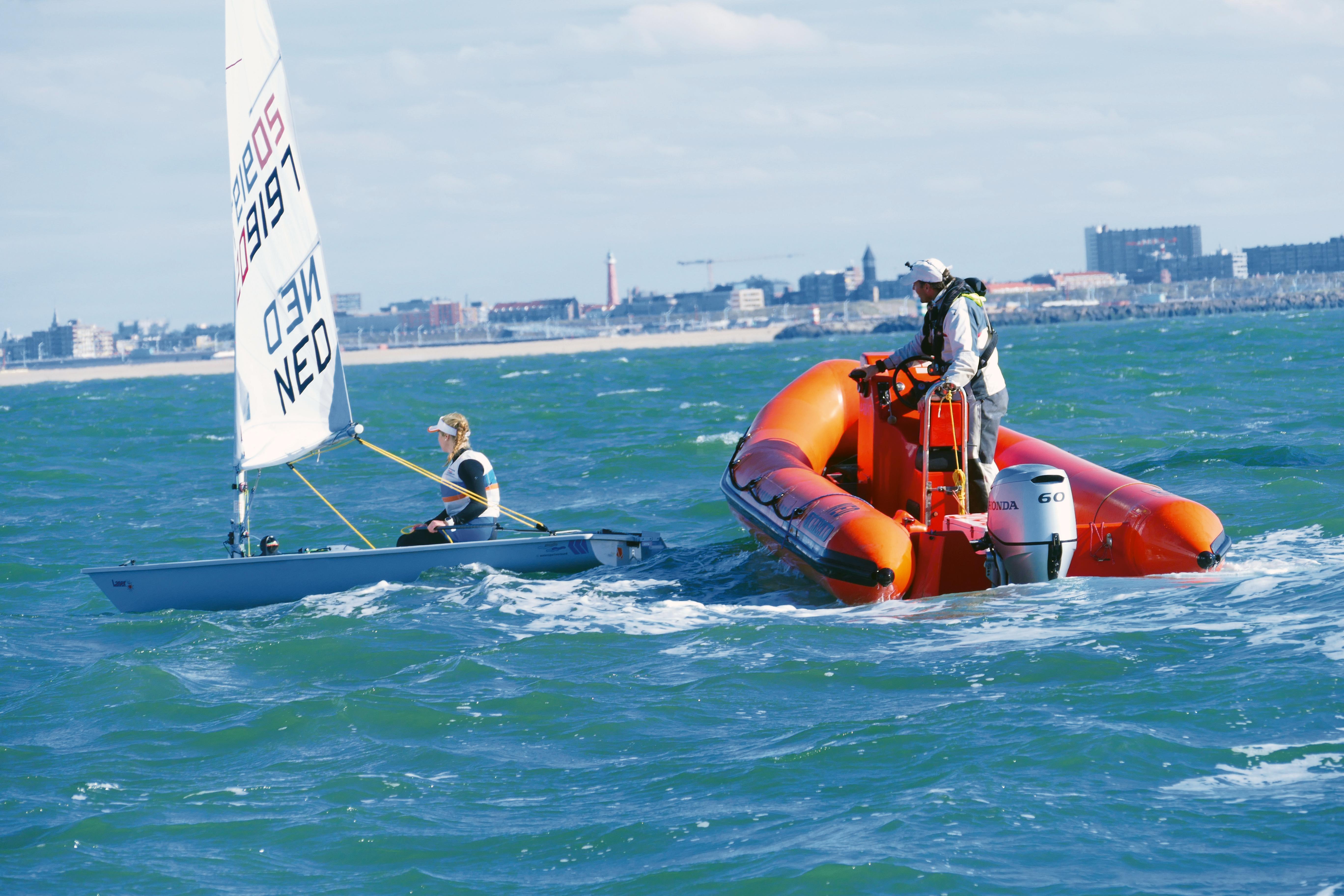 Het project Clean Rib Challenge '22 ging van start tijdens de Medemblik Regatta. Deelnemers aan het onderzoek maakten onder andere zelf een tocht in een coachboot.